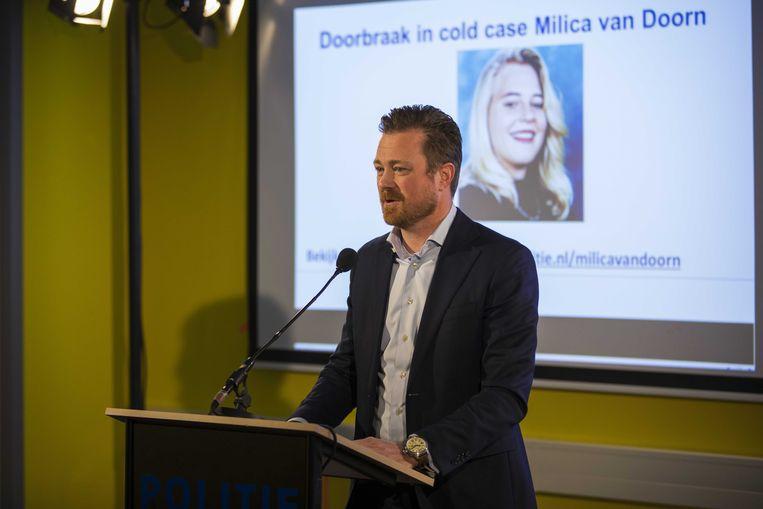 Woordvoerder van de familie Van Doorn, Robert Miltenburg, staat de pers te woord tijdens een persconferentie van de politie over de aanhouding van de 47-jarige verdachte. Beeld ANP