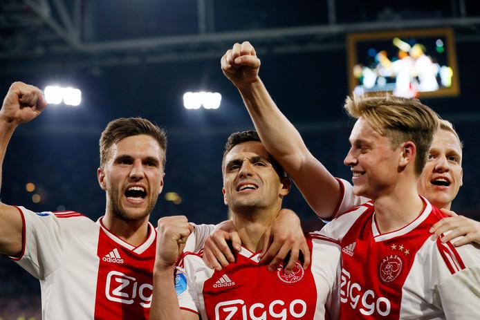 Dusan Tadic juicht na zijn benutte strafschop, de 2-0 tegen Vitesse.