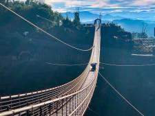 Un touriste fait l'idiot et fissure la vitre de ce pont impressionnant