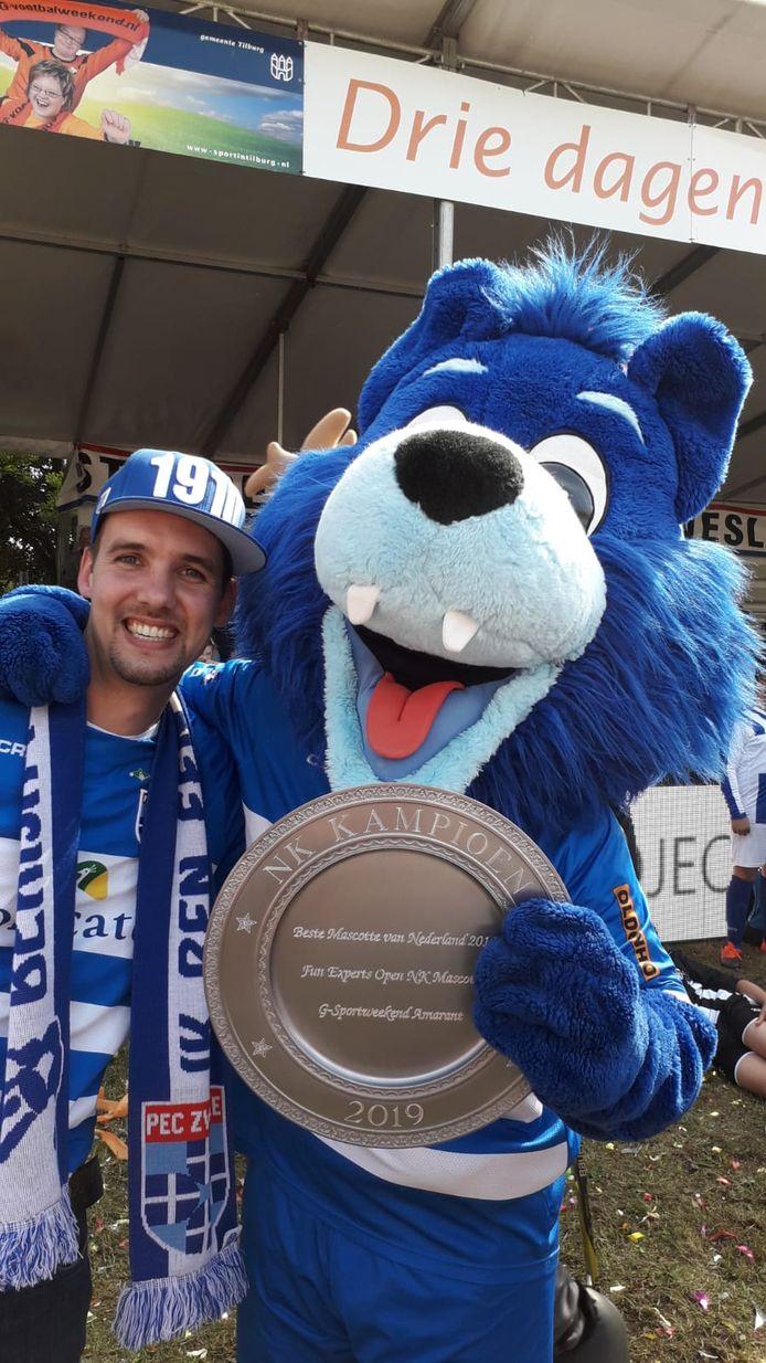 Zwolfje met een fan en de winnaars-schaal.