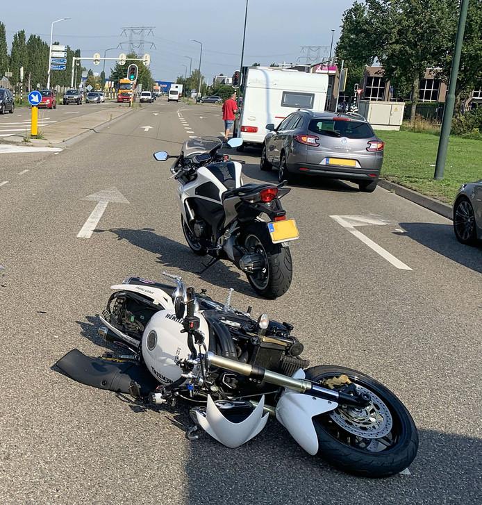 De motorrijder ging met onbekend letsel naar het ziekenhuis.