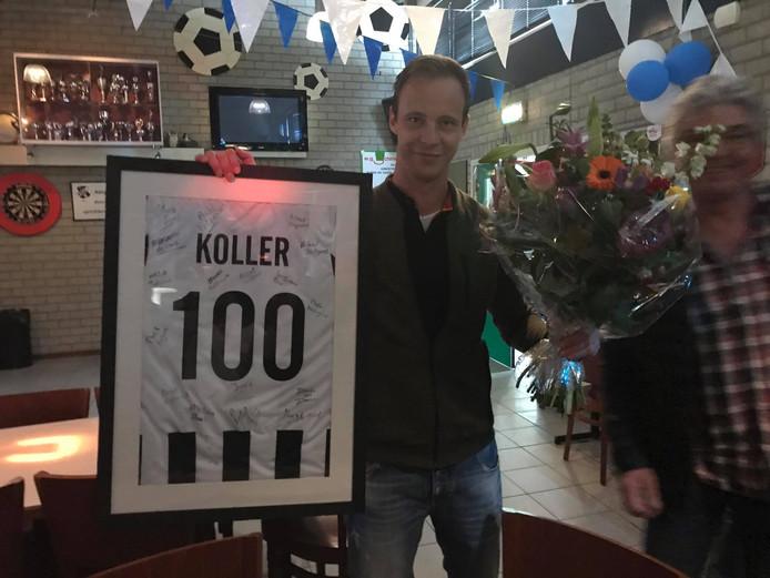 Mickael Koller werd na zijn 100e doelpunt voor WWNA in het zonnetje gezet.