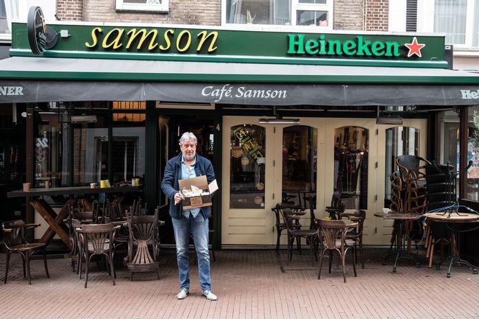 Horeca-ondernemer Frits Cleijne van café Samson met een bierpakketje: de Samson Borrelbox