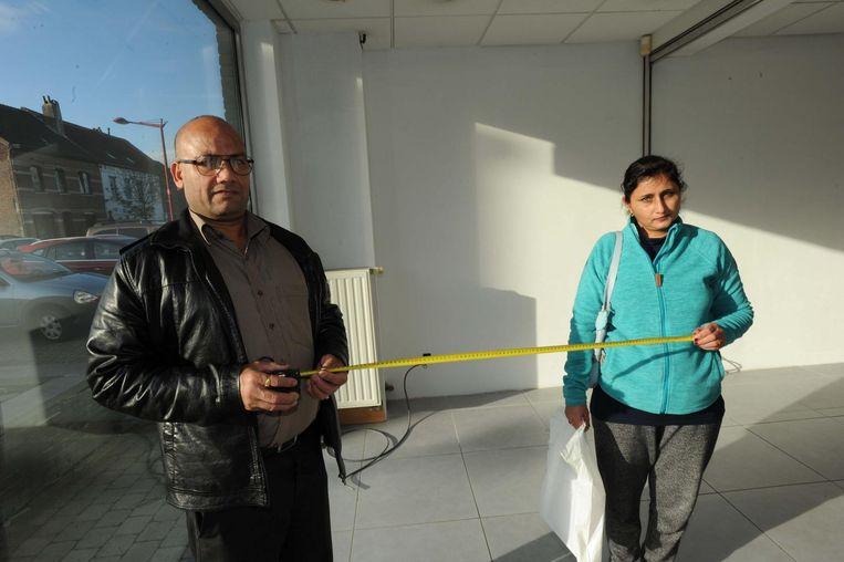 Singh Kulwinder en Rayvinder Kaus meten het pand in de Van Frachenlaan op voor de inrichting.
