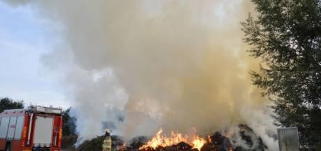 Compostbrand bij Scheerwolde na ruim 18 uur geblust, personeel houdt waterkanon paraat
