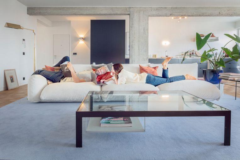 Veerle van de Walle en Sotiris de Wit in hun appartement. Beeld Marleen Sleeuwits