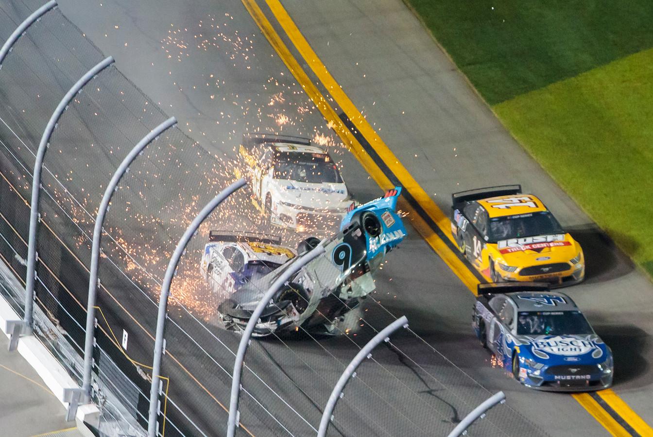 De wagen van Ryan Newman (6) gaat de lucht in nadat hij is geraakt door Corey LaJoie (32).