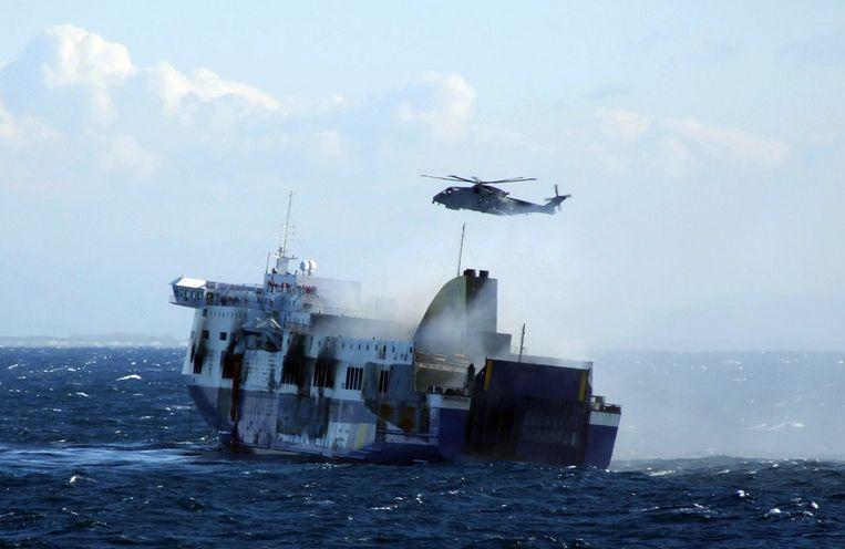 Een helikopter probeert passagiers van de Norman Atlantic te redden. Beeld afp