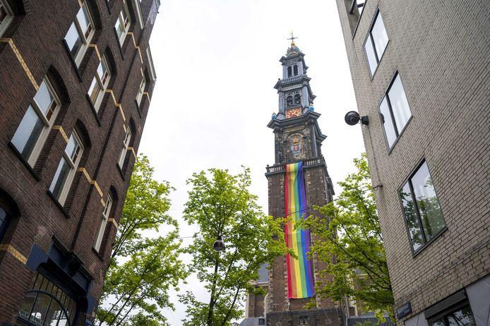 Een regenboogvlag aan de Westertoren, als onderdeel van de Find all Flags-tour. De Pride kan wegens het coronavirus niet doorgaan. Als alternatief kunnen geïnteresseerden een route langs 18 vlaggen lopen.