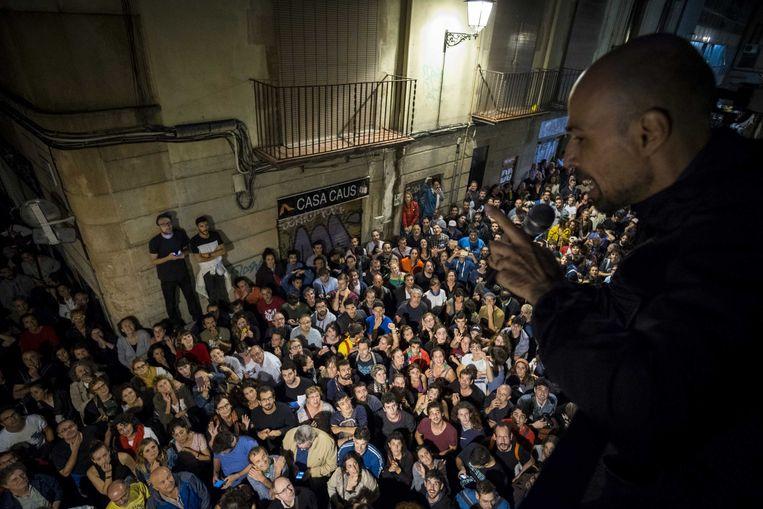 Stemmers bij Escola Cervantes in Barcelona. Inwoners van Barcelona brachten hun stem uit over een referendum over onafhankelijkheid van Catalonië.  Beeld ANP
