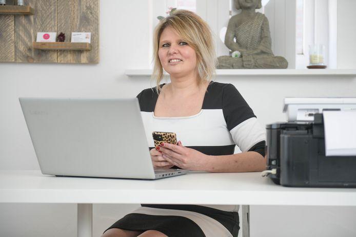 De net in Nijverdal begonnen gewichtsconsulente Angela Veltmaat kan haar cliënten nu alleen online begeleiden.