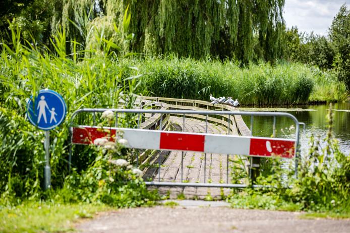 Het bruggetje in de wijk Dante in Ommen is afgesloten. Te gevaarlijk.