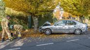 Scholier knalt met auto tegen boom