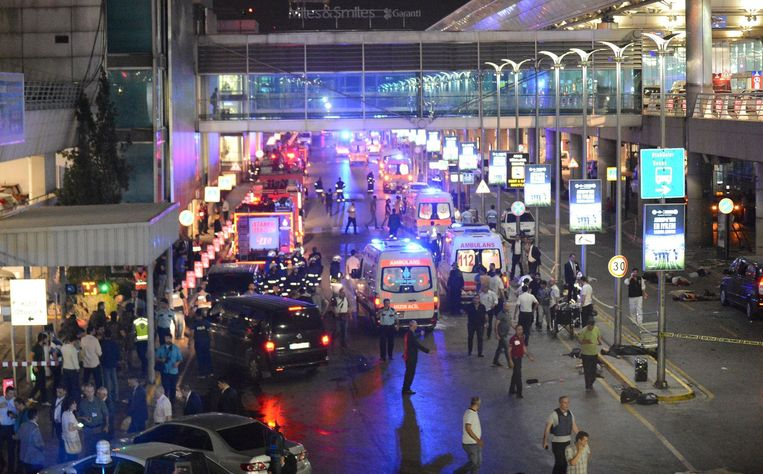 Politie en hulpverleners op Atatürk vliegveld na de aanslag Beeld afp