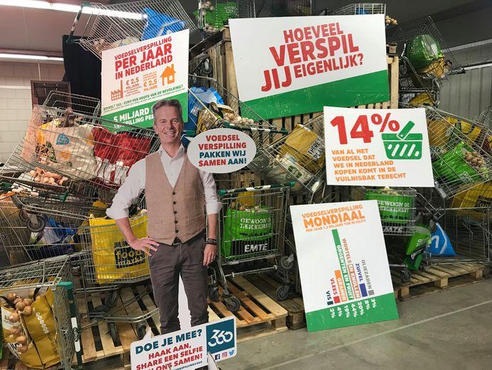 Een kartonnen oprichter van De Verspillingsfabriek spreekt de bezoekers toe.