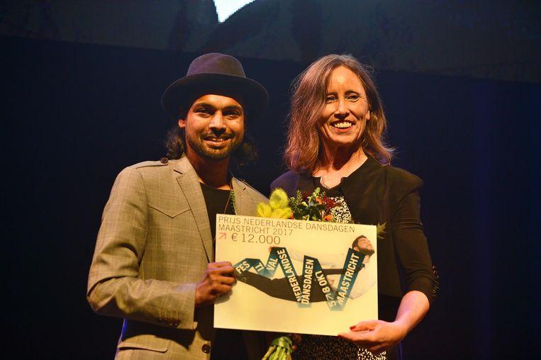 Choreograaf Bahoran met Cultuurwethouder Mieke Damsma. Beeld Jochem Jurgens