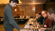 Schaken op hoog niveau: 14-jarig toptalent speelt simultaan tegen 34 schakers