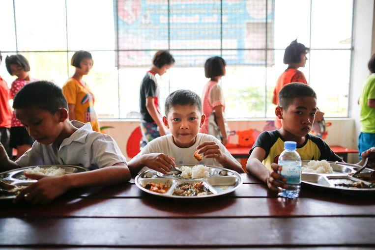 Kinderen aan het diner in een weeshuis bij Bangkok. Beeld EPA