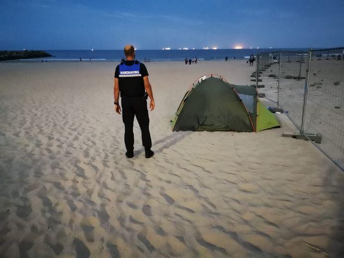 Haagse boswachters en handhavers controleren deze zomer geregeld op het strand en in de duinen.
