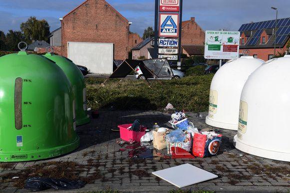 Ondanks de bewakingscamera bleven sluikstorters massaal hun afval achterlaten aan de glasbollen in de Pleinstraat.