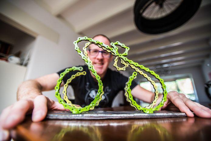 Twee sprintende wielrenners. Eentje in het geel, de ander in het groen. Een kunststukje van Mike Teunissen, een kunstwerk van Velpenaar Hubert van Soest.