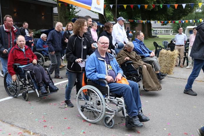Veel cliënten van Prisma konden, dankzij de inzet van vrijwilligers, meedoen in de rolstoel.