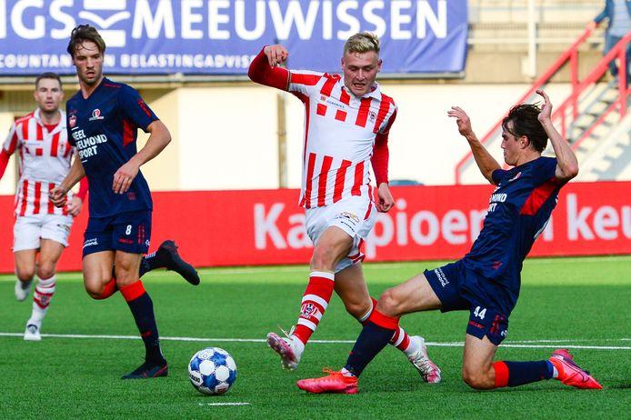 Matthijs van Nispen in duel met spelers van Helmond Sport