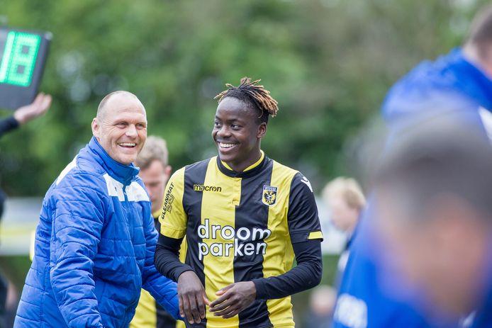 Richie Musaba, actief als speler van Jong Vitesse. Op de achtergrond toenmalig coach Joseph Oosting.