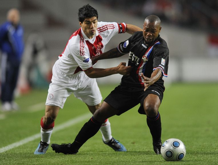 17 oktober 2009. Ajax -Willem II. Luis Suarez (links) duelleert met Ibrahim Kargbo. Ajax wint met 4-0. Eén treffer meer dan de eis van de fixers. Beeld anp