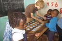 Xavier speelt memory met enkele leerlingen.
