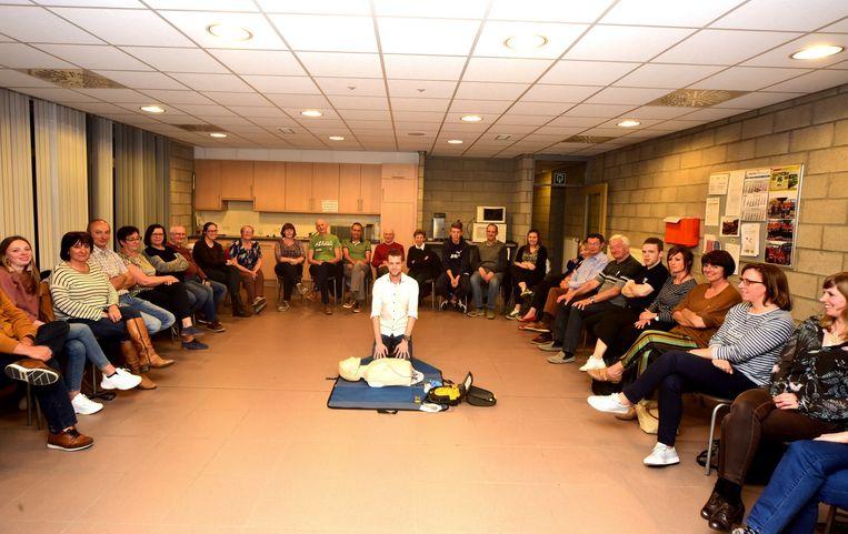 Nick leerde de mensen hoe ze een AED-toestel kunnen gebruiken