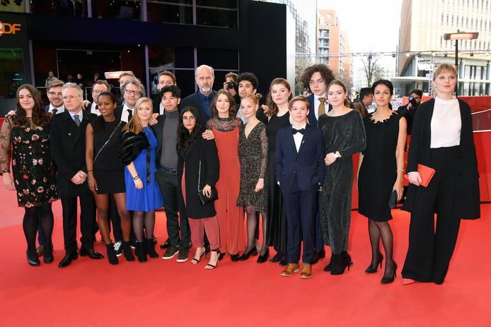 Regisseur Erik Poppe (in het midden met baard) poseert in berlijn met acteurs uit de film  'U, july 22' .