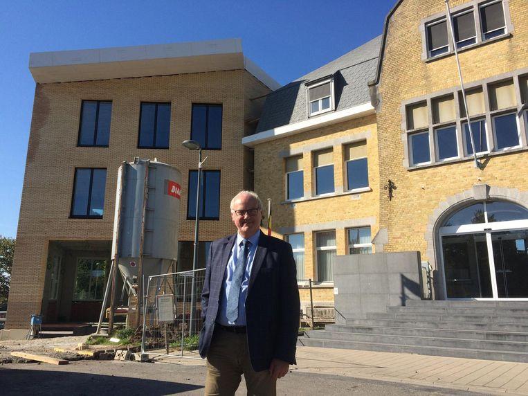 Burgemeester Alain Wyffels aan het 'Kasteel', met links de nieuwe vleugel.