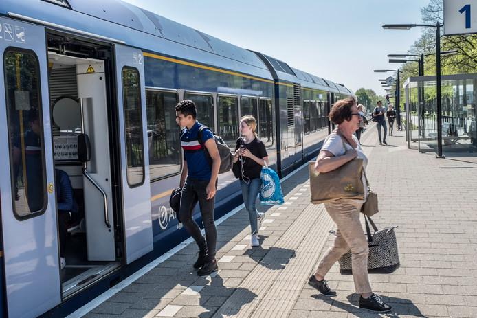 Reizigers op station Molenhoek waar straks de extra spitstrein wél zal komen.