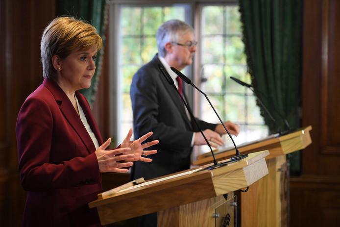 Nicola Sturgeon en Mark Drakeford, respectievelijk de premiers van Schotland en Wales, slijpen de messen in hun controverse met de Britse regering over de brexit.