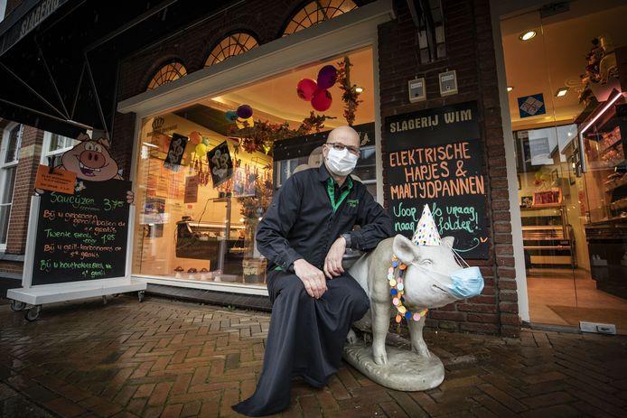 Slager Wim Oosterik uit Tubbergen heeft ook zijn mascotte voorzien van een mondkapje.