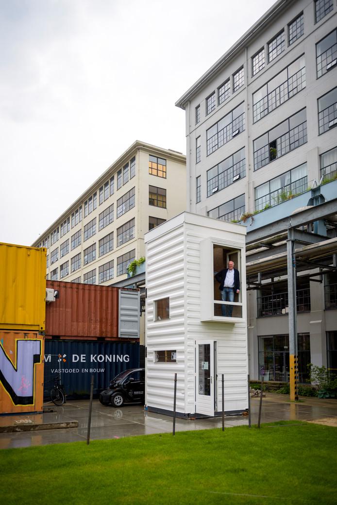 Bas Luiting in de tot studentenwoning omgebouwde zeecontainer op Strijp-S.