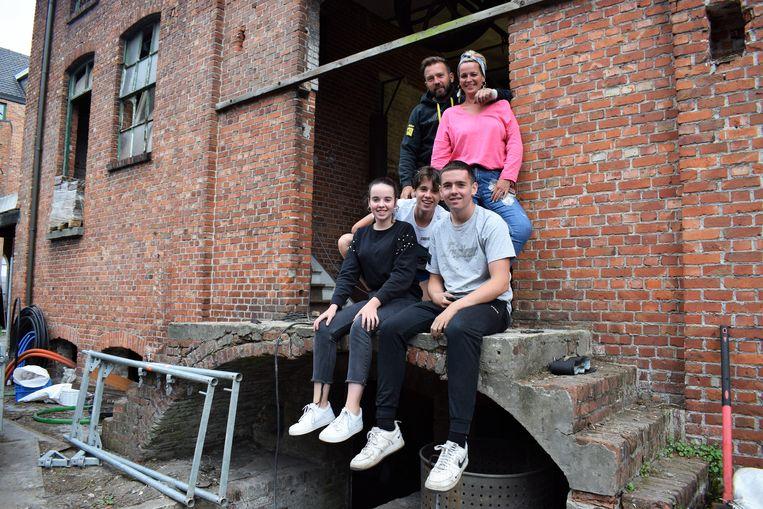 Wendy en Dominique samen met hun kinderen Jelle (16), Bo (15) en Jana (13) op de binnenplaats van brouwerij De Witte Leeuw.