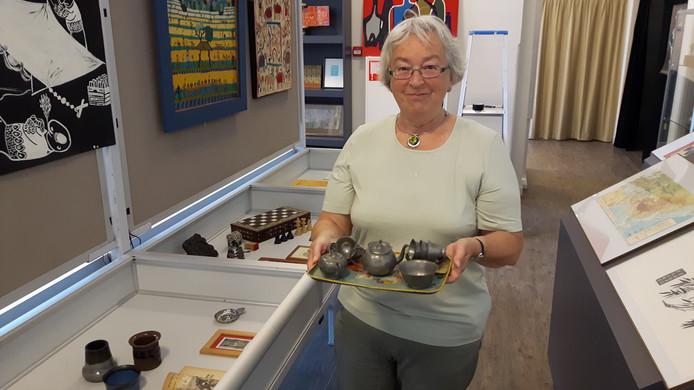 Marianne Juffermans-Zandbergen met het serviesje van tin dat nog van oma is geweest.