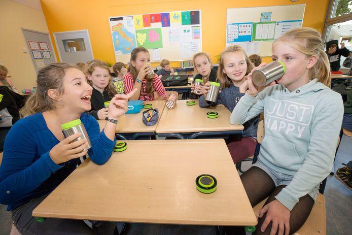 Kinderen op basisschool De Rosmolen drinken in de pauze hun schoolsoep. Foto: Joyce van Belkom/Pix4Profs