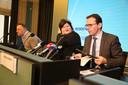 Marc van Ranst schuift aan bij de Belgische ministers Maggie De Block en Wouter Beke bij een persconferentie over het coronavirus in Brussel