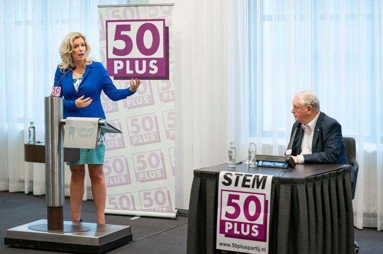 Liane den Haan staat de pers te woord tijdens een persconferentie van 50Plus. Rechts: partijvoorzitter Jan Nagel. Beeld Freek van den Bergh / de Volkskrant
