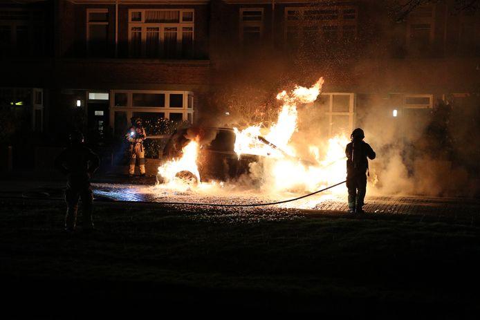 Een geparkeerde auto in Voorburg ging vannacht in vlammen op.