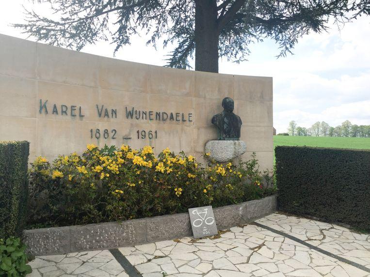 Het monument van Ronde-oprichter Karel Van Wijnendaele in Kwaremont.