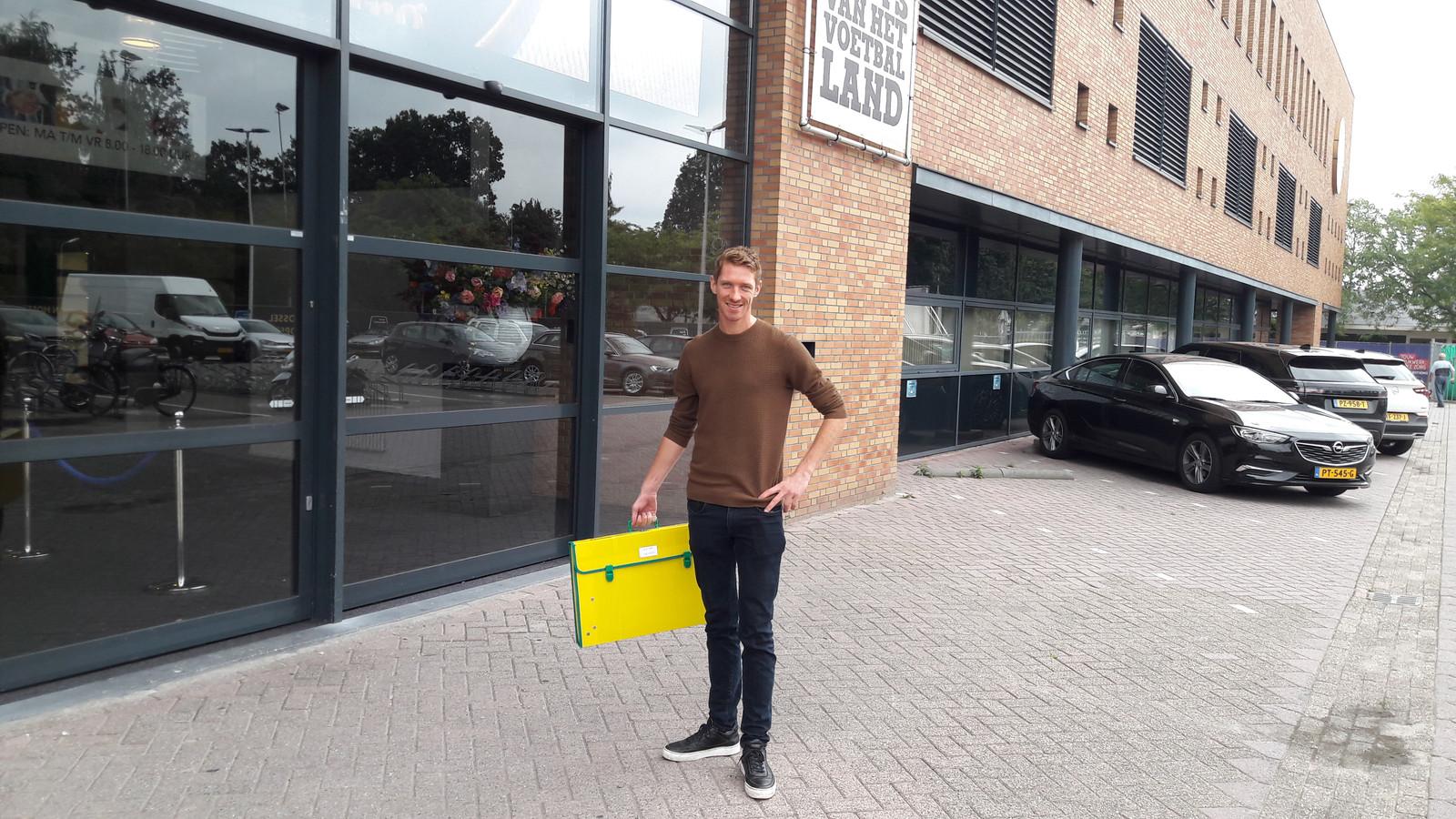 Robert Braber arriveert met het wisselbord bij het stadion van Willem II.