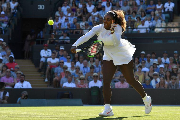 Serena Williams speelt op Wimbledon tegen de Nederlandse tennisster Arantxa Rus. Beeld AFP