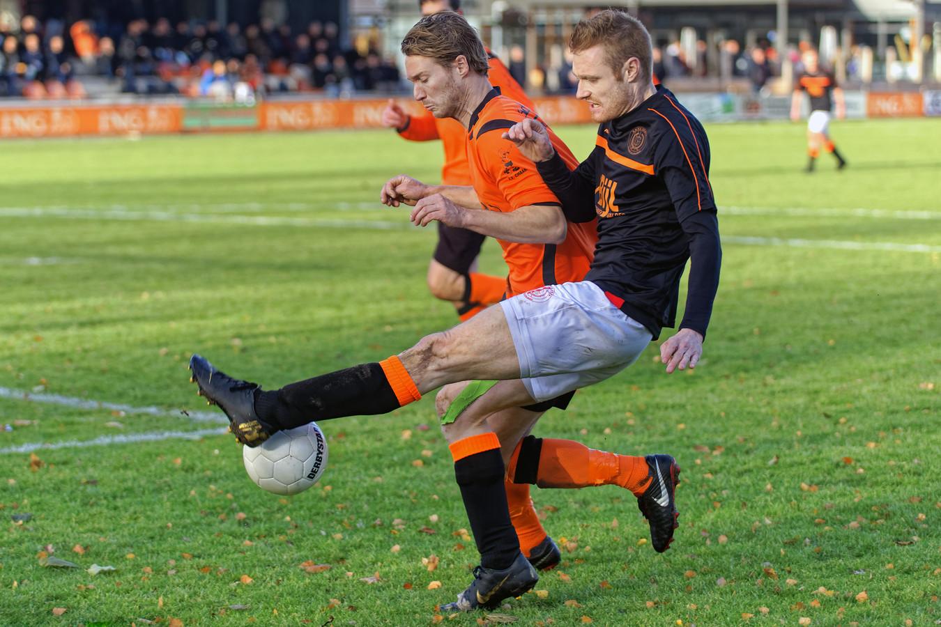 Gesta-aanvaller Frits Verheijden (rechts, zwarte shirt) komt in botsing met Chaam-verdediger Aron de Bruyn (links).