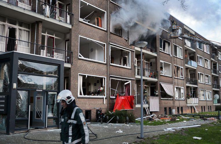 2015. Brandweerlieden bestrijden een grote brand in twee woningen in de Moddermanstraat in Rotterdam. De explosie werd veroorzaakt door een persoon. Beeld ANP