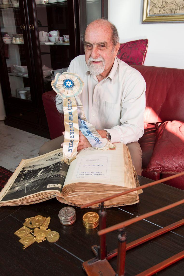 Joost Blits in 2012 met het dikke plakboek dat hij van zijn moeder kreeg en zijn rozet van de Joodse Maccabia Games. Beeld Marcel Israel