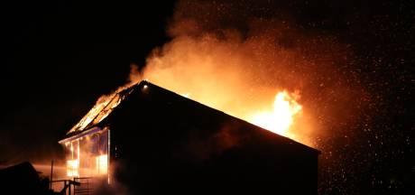 Uitslaande brand in opslagloods varkensboerderij in Harskamp